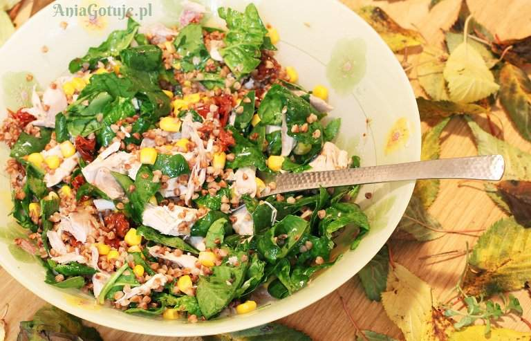 salatka-z-kasza-gryczana-i-pieczonym-kurczakiem-1