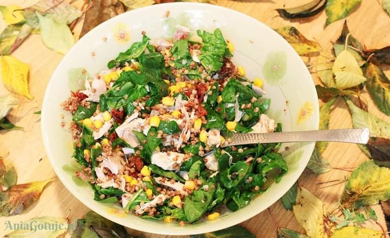 salatka-z-kasza-gryczana-i-pieczonym-kurczakiem-2
