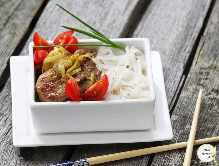 tajska-poledwiczka-z-porem-i-makaronem-ryzowym-1