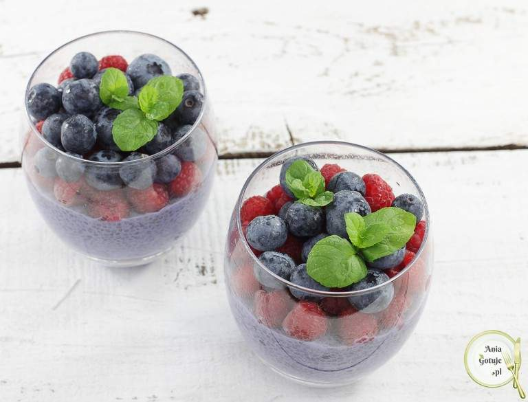 pudding-jagodowy-z-chia-i-owocami-1
