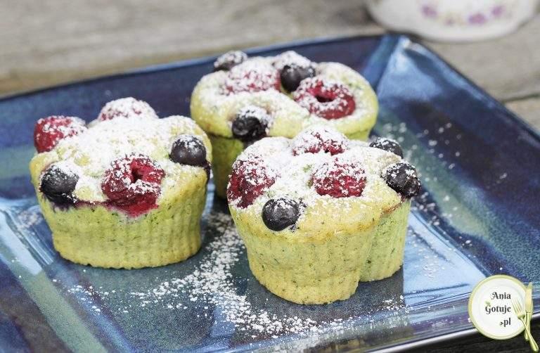 biszkoptowe-babeczki-z-jeczmieniem-i-owocami-1