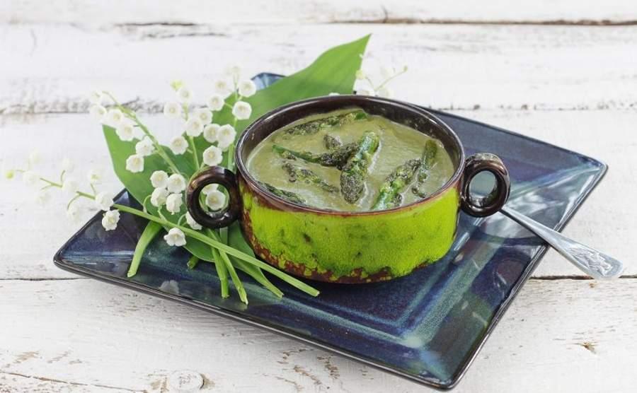 Zielona zupa krem ze szparagów, cukinii i szpinaku