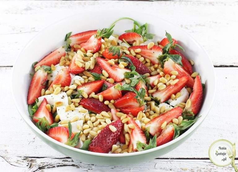 salatka-z-mozzarella-i-truskawkami-1