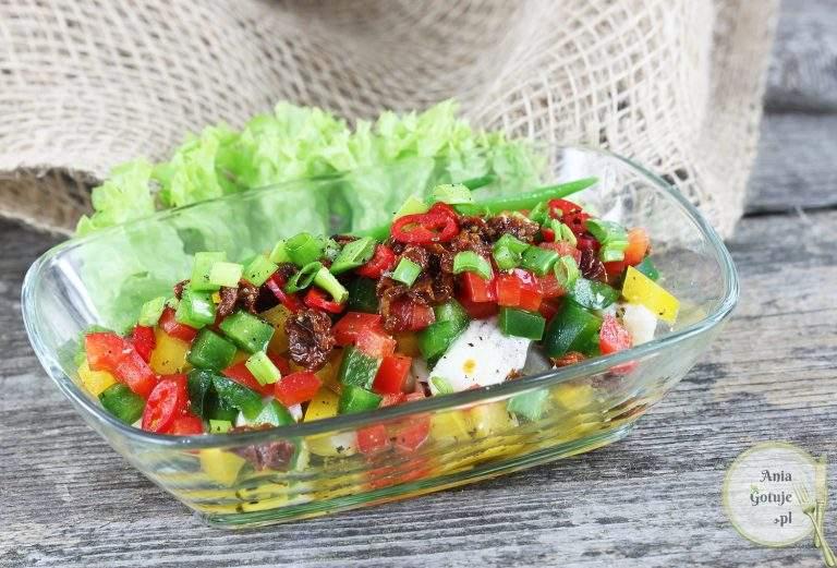 salatka-sledziowa-z-papryka-i-suszonym-pomidorem-1