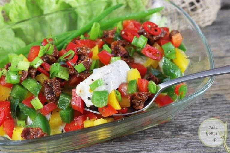 salatka-sledziowa-z-papryka-i-suszonym-pomidorem-3