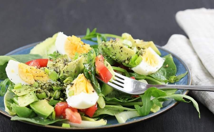 Sałatka z awokado i jajek