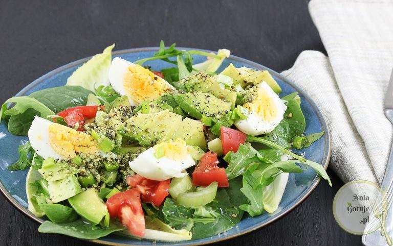 zielona-salatka-z-jajkiem-i-awokado-1