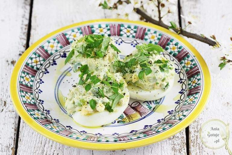 jajka-faszerowane-awokado-i-szczypiorkiem-1